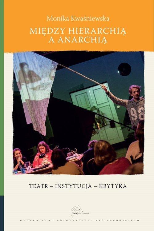 Między hierarchią a anarchią. Teatr - okładka książki